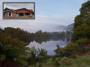 Tullah HideAway - Lakeside  Mountain Views - Accommodation Gladstone